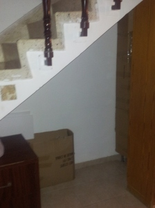 Unter der Treppe hatte ich die Kartons beiseitegeraeumt, damit im Fall von Raketenalarm ein halbwegs geschuetztes Fleckchen existiert. Zum Glueck haben wir es nicht gebraucht.